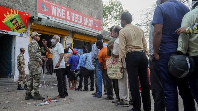 Hindistan'da yasaklar öncesi alkol satış kuyruğu