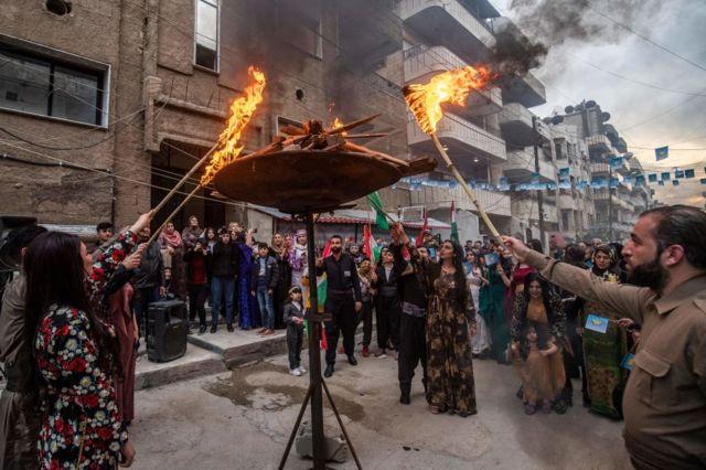 أكراد سوريون يوقدون شعلة نوروز في مدينة القامشلي