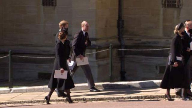 葬礼结束后,看到剑桥公爵和苏塞克斯公爵互相交谈。