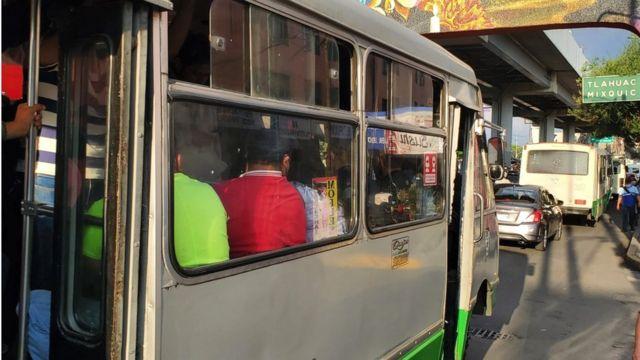 Autobuses llenos en avenida Tláhuac