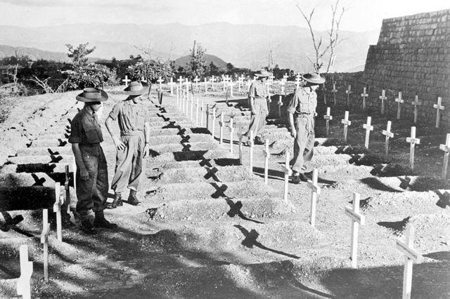 Los hombres del Regimiento Royal West Kent rinden homenaje en silencio a los camaradas que cayeron en la Batalla de Kohima, en noviembre de 1945.