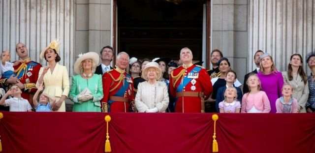 La famille royale sur le balcon de Buckingham Palace regarde un défilé aérien.