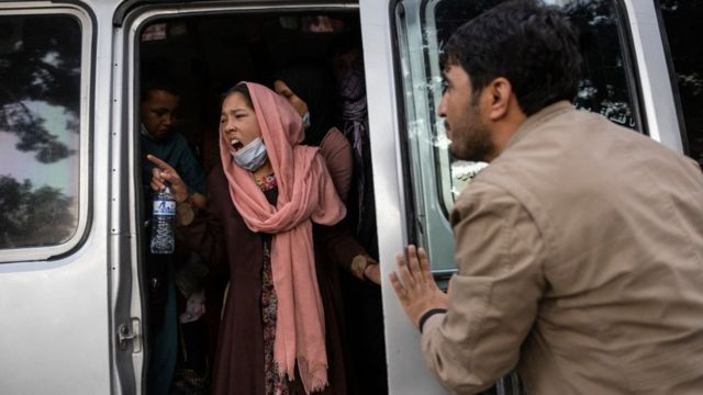 Afgana grita en una camioneta.