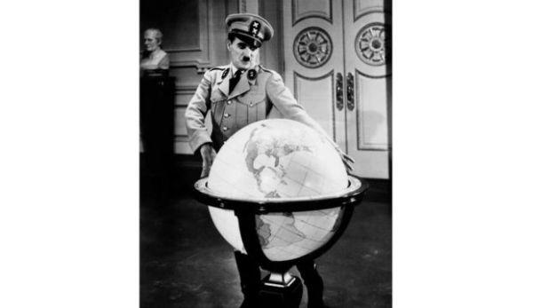 """حظي """"الديكتاتور العظيم"""" الذي عُرِضَ عام 1940بإشادة كبيرة لما تضمنه من رؤية متبصرة لهتلر وسياساته"""