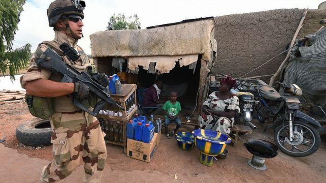 Un soldat français engagé dans l'opération régionale anti-insurrectionnelle Barkhane patrouille le 9 mars 2016 au port de Korioume, près de Tombouctou. La mission française de lutte contre le terrorisme Barkhane comprend au moins 3 500 soldats déployés dans cinq pays (Mauritanie, Mali, Niger, Tchad et Burkina Faso) et a pour mandat de combattre les insurrections djihadistes dans la région
