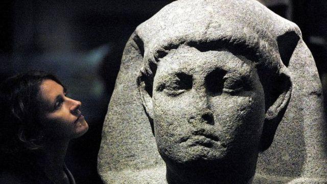 تمثال لكليوباترا
