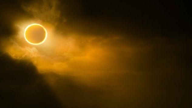 Eclipse solar em céu amarelado e nebuloso