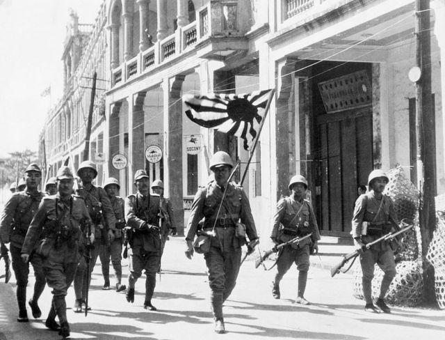 Ejército japonés en 1939 con la bandera del Sol Naciente.