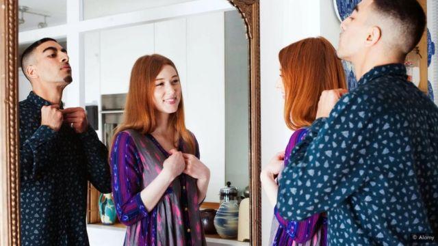 رجل وامرأة ينظران في المرآة