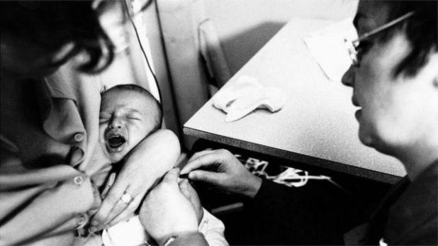 طفل يتلقى تطعيماً ضد مرض السل
