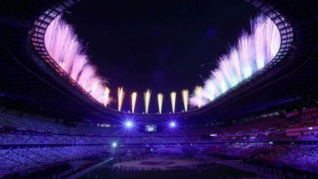 Fuegos articifiales en el estadio.