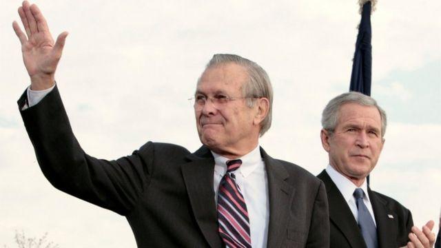 Donald Rumsfeld y George W. Bush.