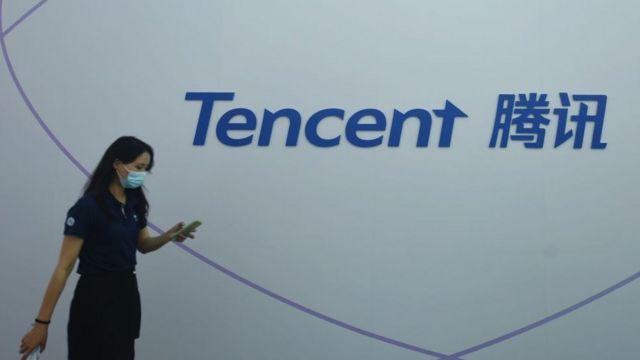 سيدة إلى جوار شعار شركة تينسينت