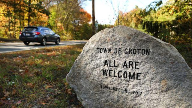 """Groton, un pueblo en Massachusetts, dispuso una piedra con el mensaje tallado de """"Todos son bienvenidos"""" como modo de reconocer su pasado de racismo y exclusión."""