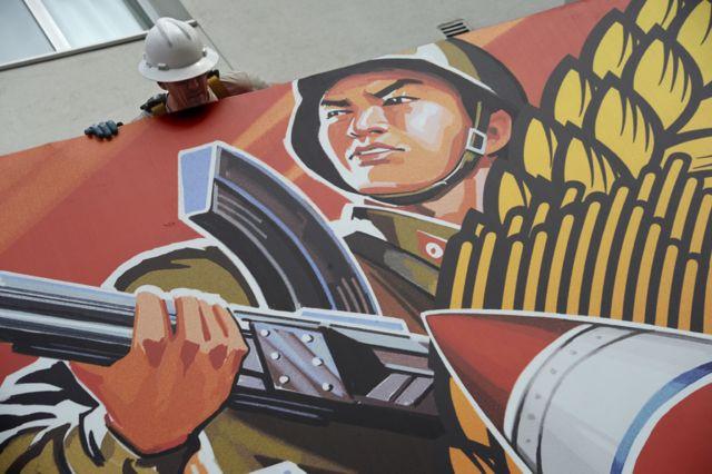 한 영화관이 문제의 영화 '인터뷰' 상영을 거부한 뒤 포스터가 내려지고 있다