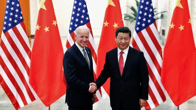 时任美国副总统拜登(左)在北京人民大会堂与中国国家主席习近平(右)握手(4/12/2013)