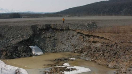 Colapso de sedimentos à beira da estrada
