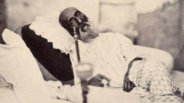 দ্বিতীয় বাহাদুর শাহ জাফরের জানা যে'কটি ছবি পাওয়া যায় তার একটি - ১৮৫৮ সালে তার মামলার পর তোলা- ছবি তুলেছিলেন 'ফটোগ্রাফার মি: শেফার্ড'