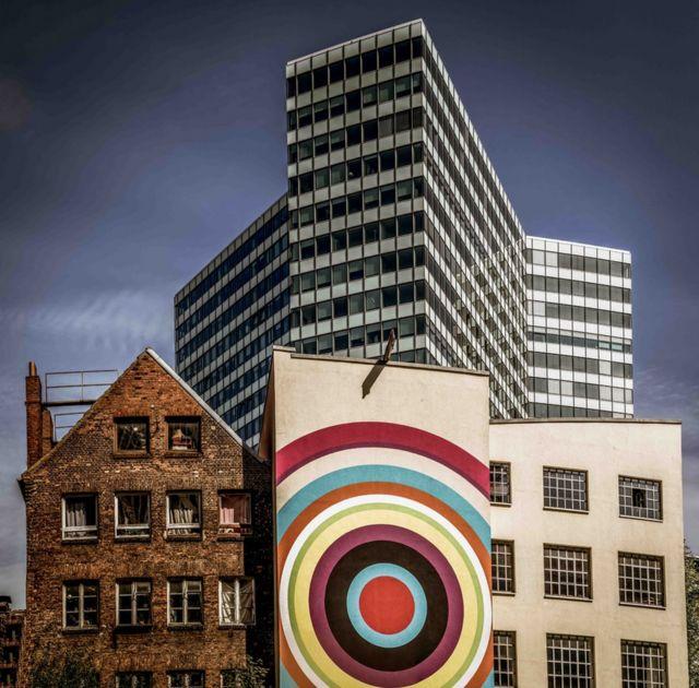 """""""Кольорова суміш"""", Волкер Сендер. """"Це фото демонструє мирне співіснування старої та нової архітектури. Будівлі не схожі одна на одну, й не борються. Вони демонструють творчий розвиток у центрі Гамбурга""""."""