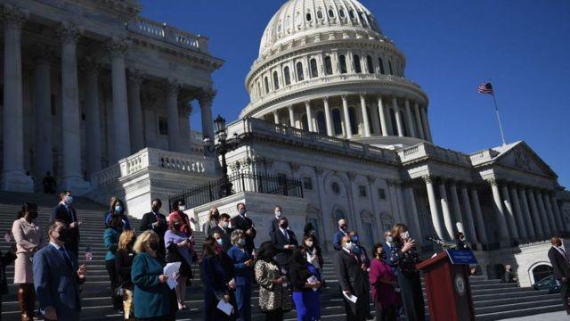 Congresistas frente al Capitolio.