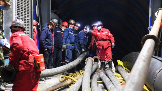 救援人员在胡图比县被水淹的煤矿现场工作