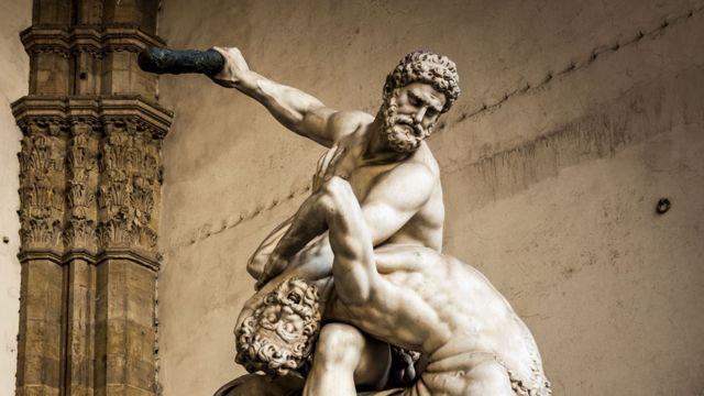 Estatua de Hércules luchando contra el cenotauro Nessus