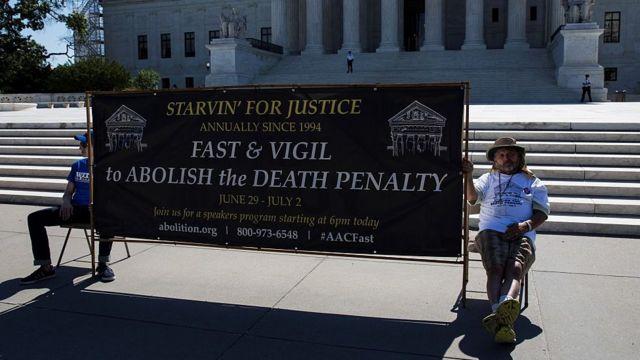 Dos hombres protestan contra la pena de muerte.