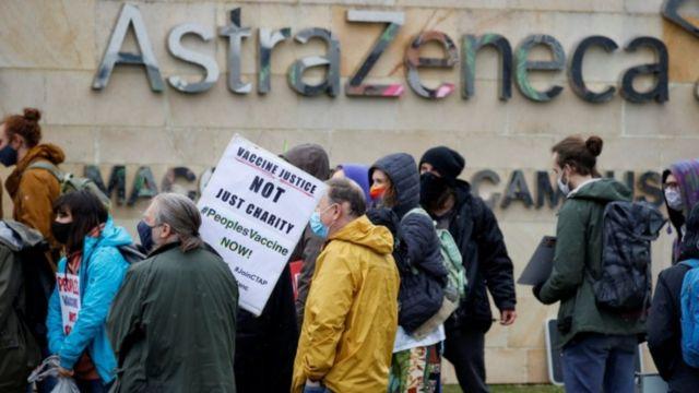 아스트라제네카 맥크즈필드 사무실 앞에 모여든 시위대