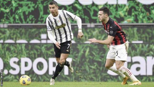 尤文图斯前锋罗纳尔多(左)运球经过AC米兰球员达洛(Diogo Dalot)(右)