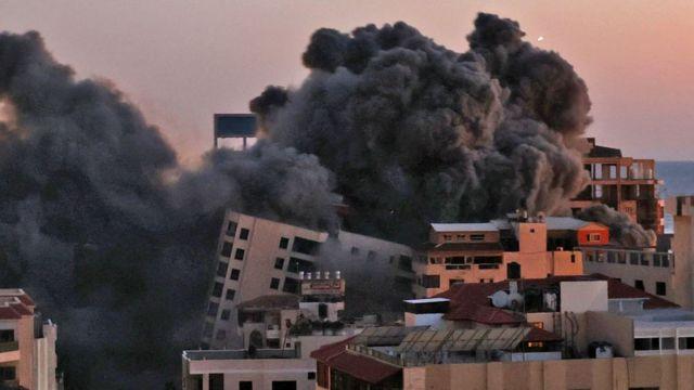 11일(현지시간) 이스라엘 공습으로 가자지구에 있는 13층 높이의 주거용 건물이 붕괴됐다