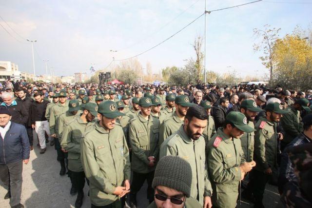 أفراد من الحرس الثوري الإيراني في مسيرة احتجاجية بعد مقتل قائد فيلق القدس، قاسم سليماني في يناير