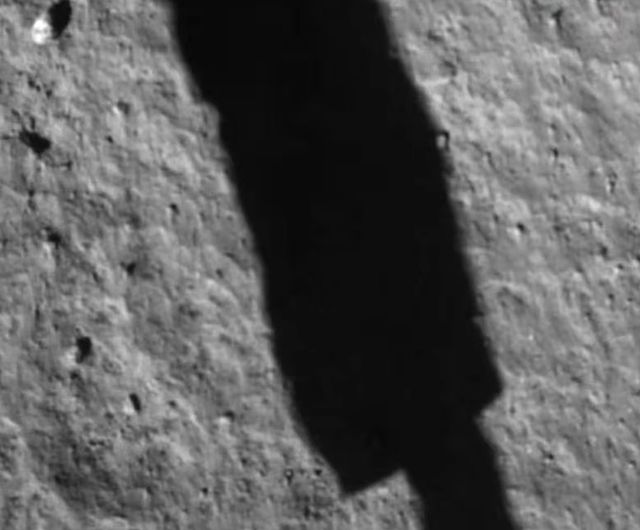 Тінь від посадкового модуля на поверхні Місяця