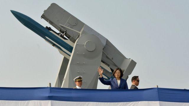 台灣總統蔡英文在台灣護衛艦甲板上(資料照片)
