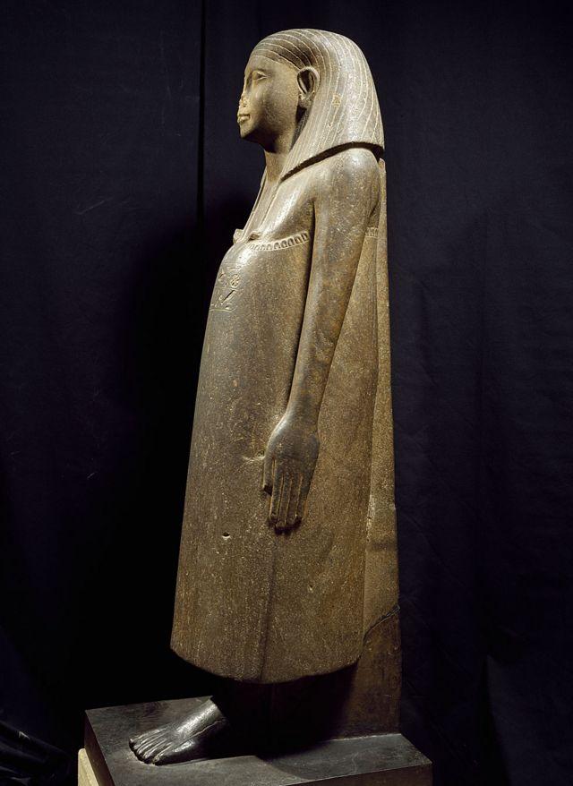 Єгипетська статуя (Лувр): ніс, звісно, відбитий