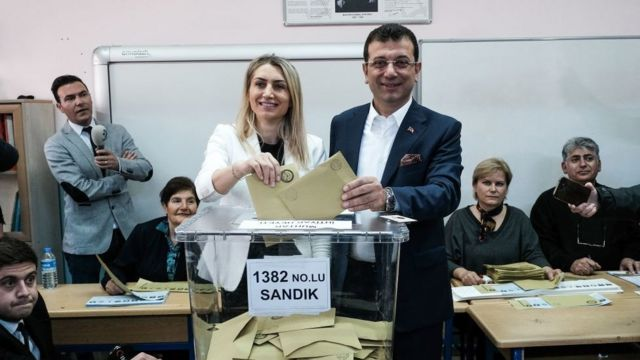 إمام أوغلو وزوجته خلال انتخابات عام 2019