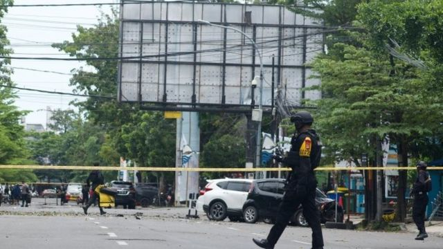 Ledakan di depan gereja di Makassar diduga sebagai bom bunuh diri.