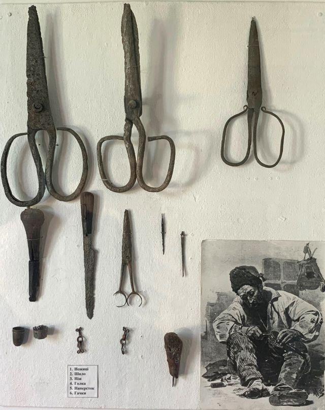 """Кравецькі і шевські інструменти, знайдені на переправі археологом Ігорем Свєшніковим. З експозиції музею """"Поле Берестецької битви"""""""