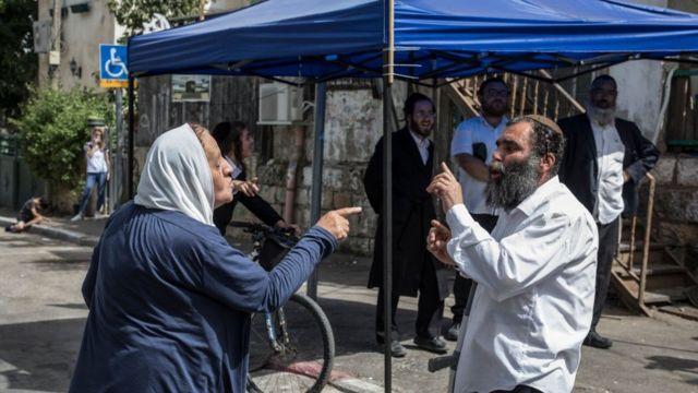 Una mujer palestina y un hombre judío discuten en Sheij Jarrah.