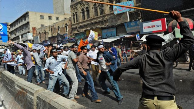 Pakistan'da güvenlik güçlerinin, Hizb-ut Tahrir'in düzenlediği bir gösteriye müdahalesi.