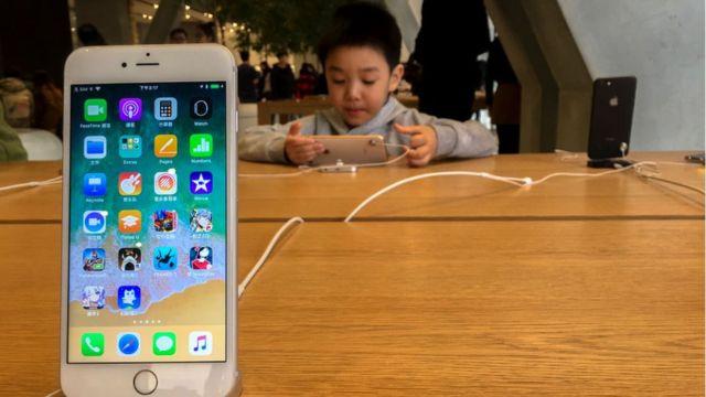 Un Iphone en cuya pantalla se ven distintas aplicaciones.