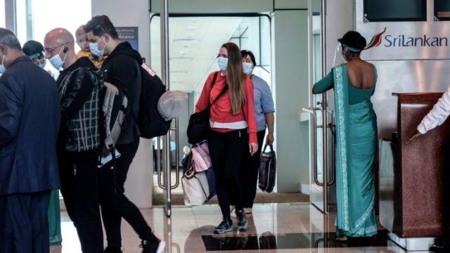 مسافرون أوكرانيون يصلون إلى مطار ماتالا راجاباكسا الدولي في سريلانكا، ماتالا
