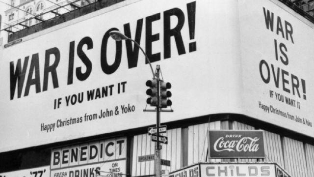 """постер с лозунгом Джона и Йоко """"Война окончена"""" в Нью-Йорке"""