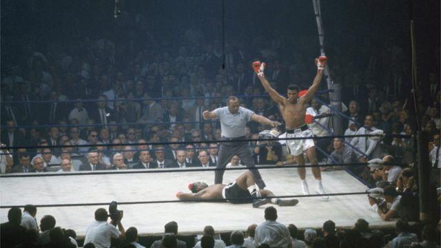 فوز كلاي ببطولة العالم بعد انتصاره على الملاكم سوني ليستون