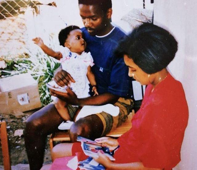 Une photo de Candice Mama bébé avec sa mère et son père