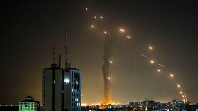 Misiles interceptados en el aire.