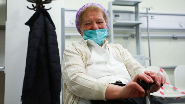 Paciente tras recibir la vacuna contra el coronavirus en Polonia.