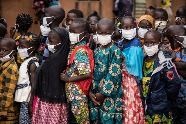 Ardayda magaalada Ouagadougou, ee dalkaasi Burkina Faso oo sugaysa furitaanka iskuulkooda maalintii ugu horreysay.