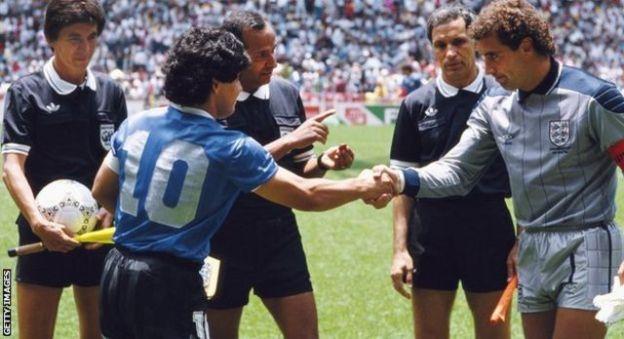 Diega Maradona iyo Peter Shilton oo isgacan qaadayo xilli uu koobka adduunka 1986-kii uu socday.