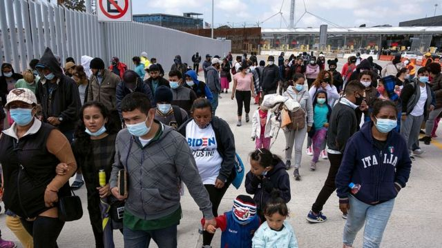 Migrantes en Tijuana esperando a ser admitidos en Estados Unidos.