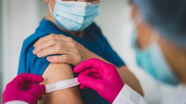 الخوف من الإبر سبب رئيسي وراء إحجام الكثيرين عن الحصول على اللقاح